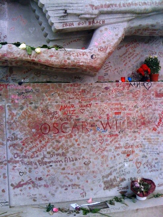 Picture of Oscar Wilde's tomb close up