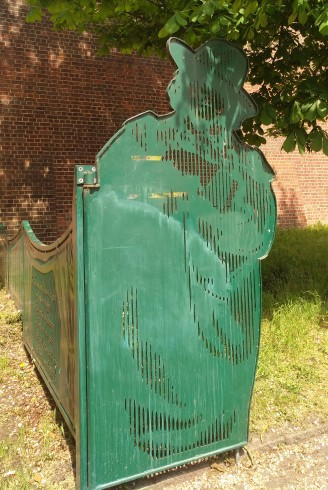 Gate with figure of Oscar Wilde, Reading